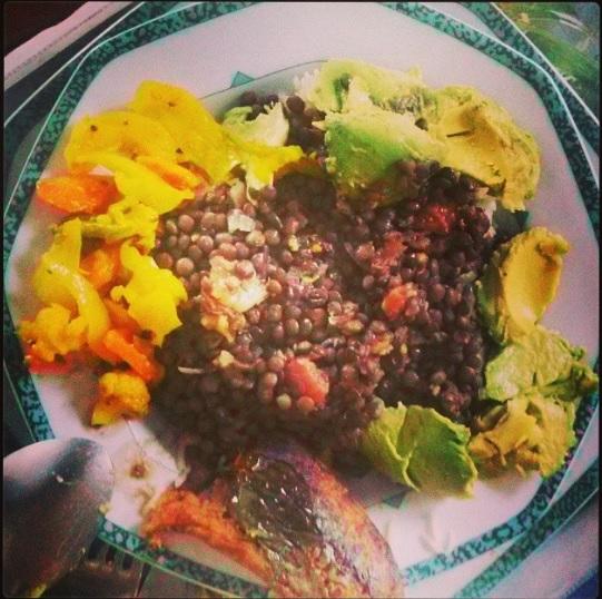 Un exemple: plat de riz complet, lentilles, avocats et légumes de saison.
